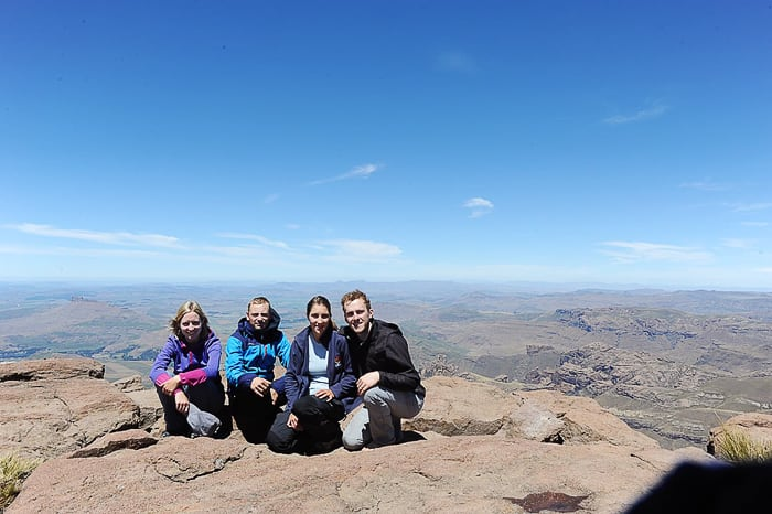 skupina mladih na vrhu Rhino Horn Peaka