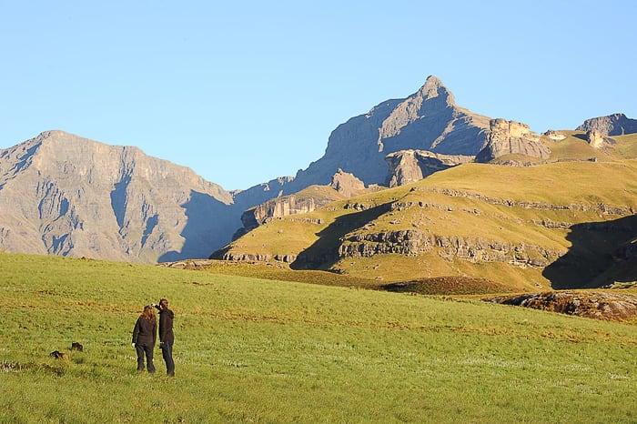 moški in ženska pod goro Rhino Horn Peak