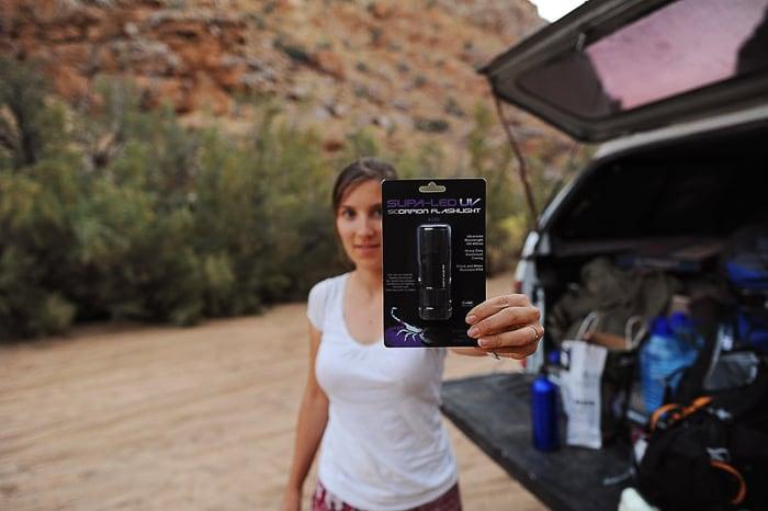 Ženska z UV lučjo v roki