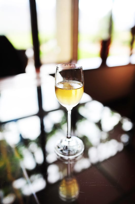belo vino v kozarcu