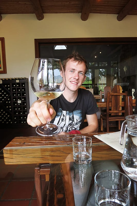 moški nazdravlja z vinom
