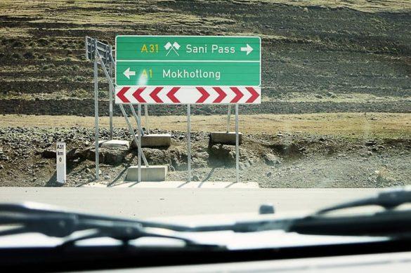 obcestna tabla za Sani Pass