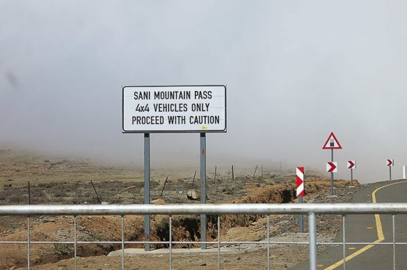 tabla na Sani Pass, ki napoveduje spust samo za 4x4 vozila