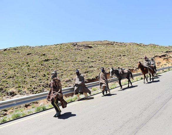 pešci ob cesti v Lesotu