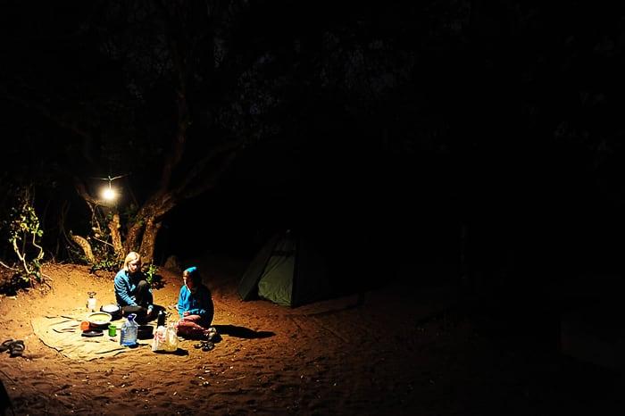 mladi v kampu zvečer