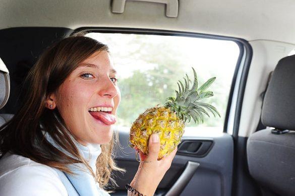 ženska z ananasom v roki