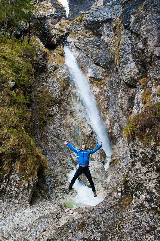 moški skače pod slapom Orglice