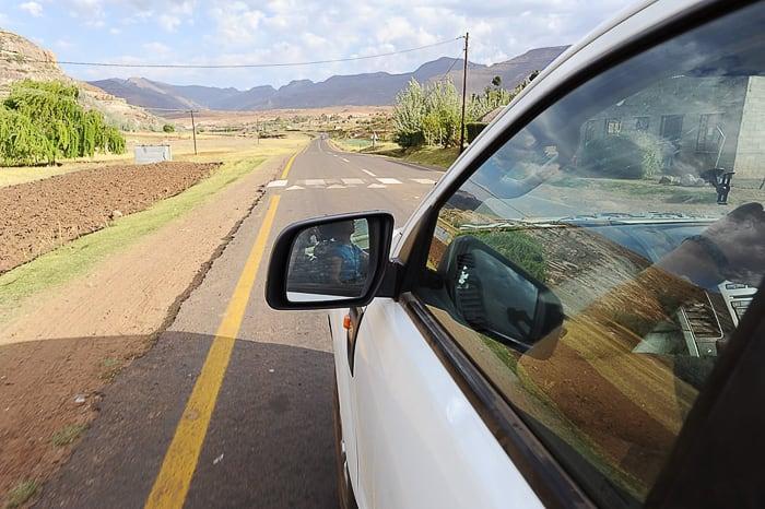 Cesta v Lesotu in ležeči policaj pred nami