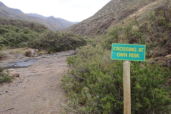 znak Crossing at own risk
