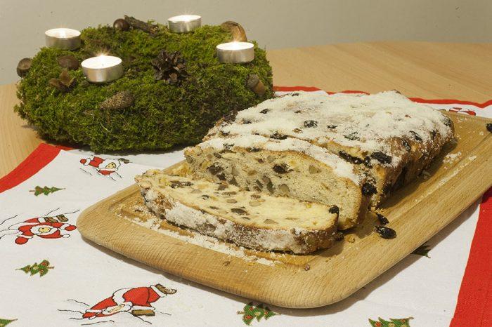 stollen, božični kruh ob adventnem venčku