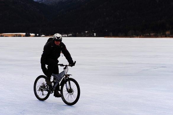 kolesarjenje po zamrznjenem jezero Weissensee