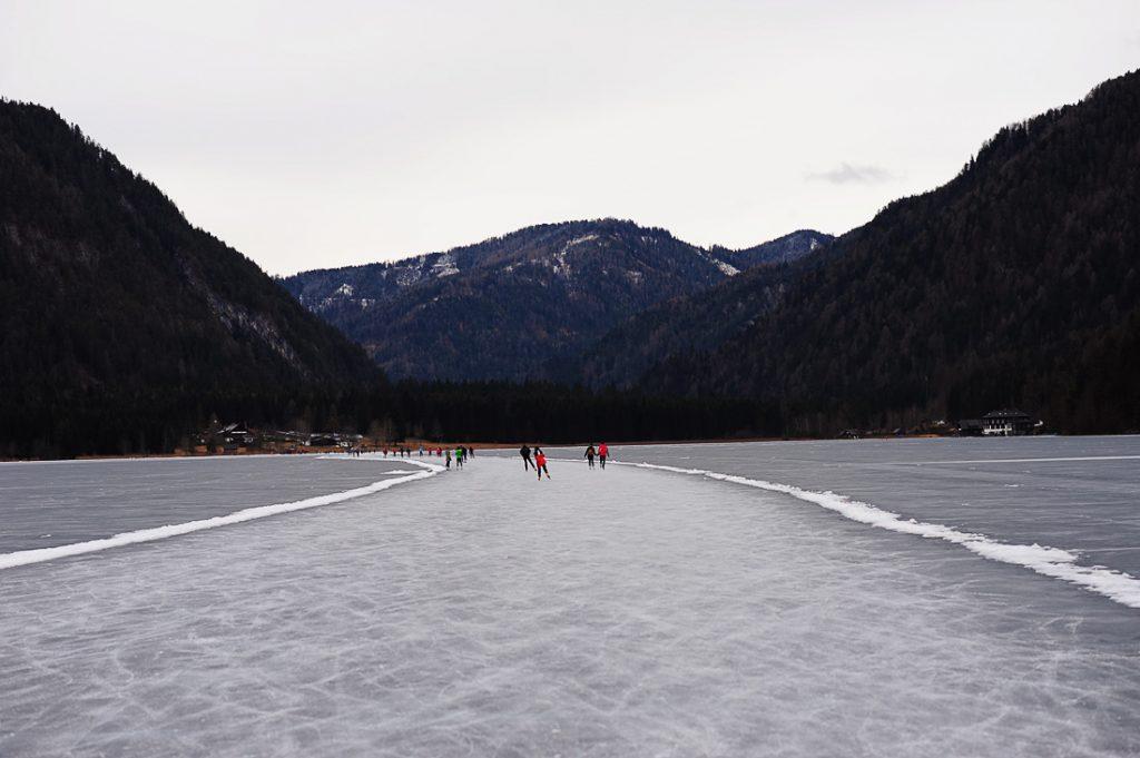 zamrznjeno belo jezero weissensee, avstrija