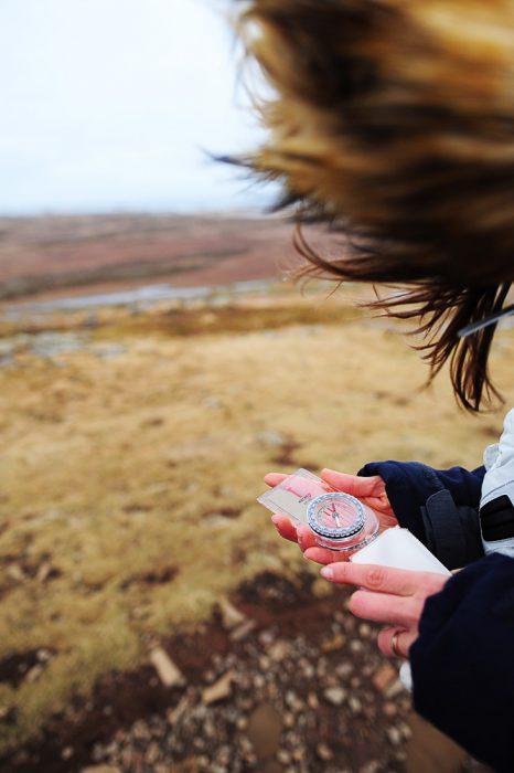 ženska s kompasom v roki na gori Helgafell