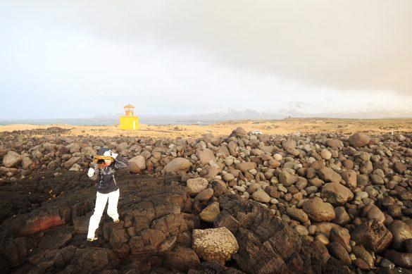 ženska se upira močnemu vetru, obala islandije, polotok Snaefellsnes