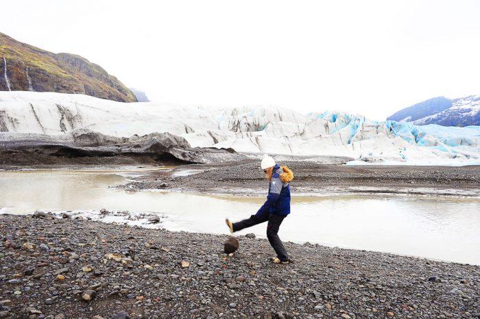 ženska brca skalo, v ozadju ledenik Skaftafellsjökull