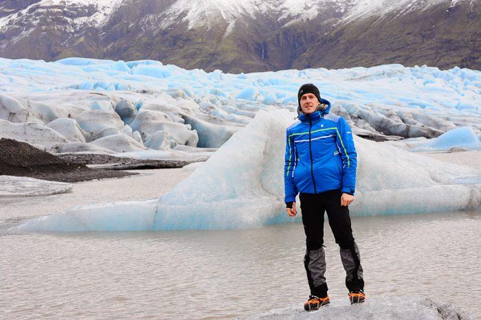 moški na kosu ledu, v ozadju ledenik