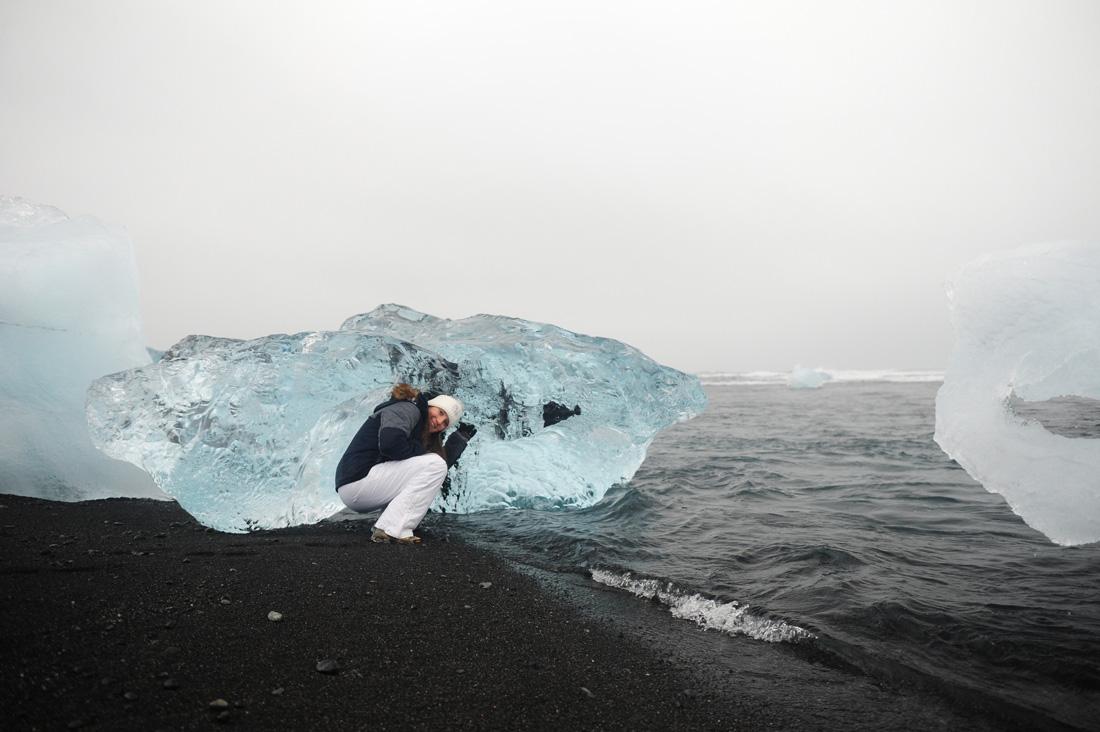 ženska pred velikim kosom ledu