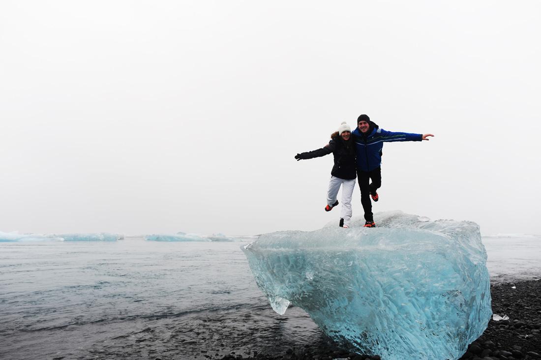 moški in ženska stojita na kosu ledu