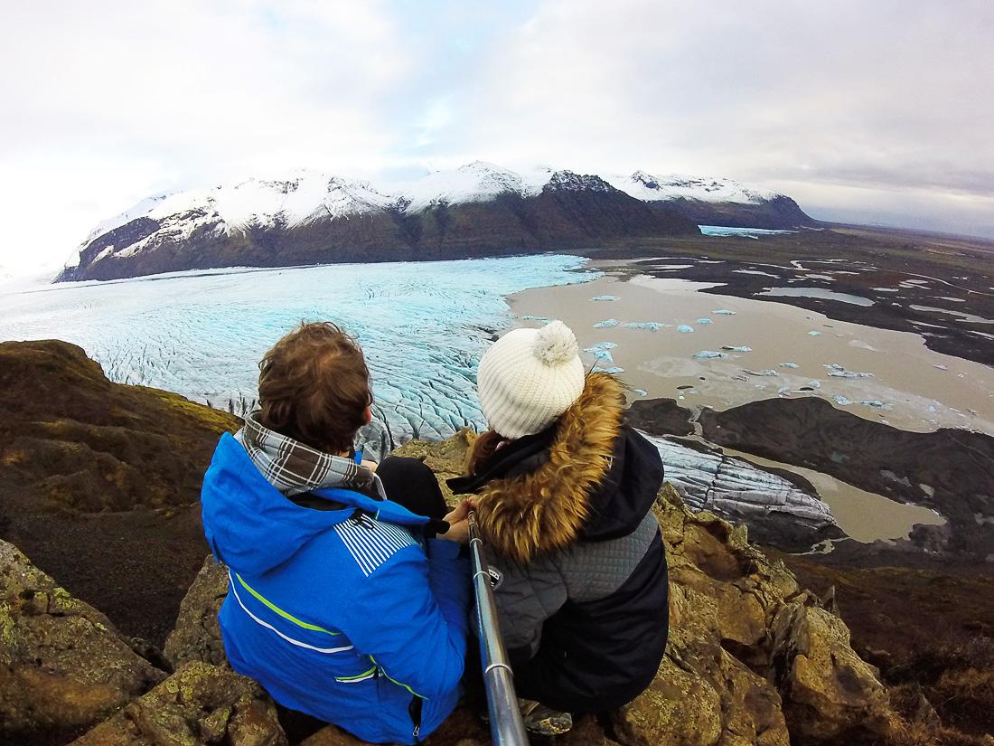 moški in ženska, pod njima pa ledenik