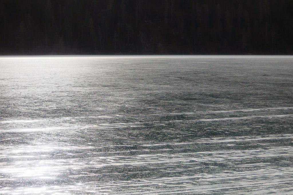 ledena površina na weissensee, avstrija