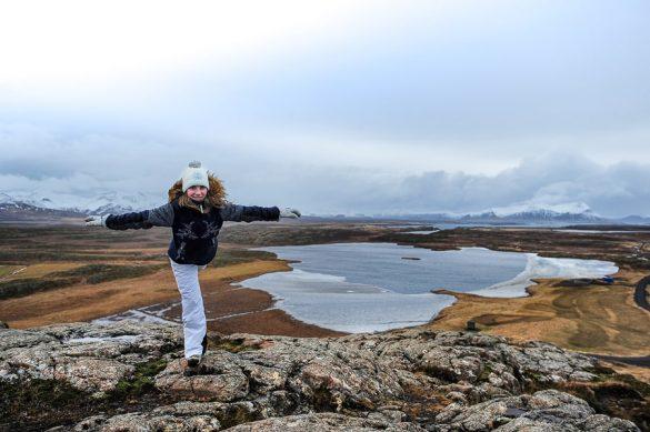 ženska dela lastovko, pogled na jezero in vulkansko pokrajino