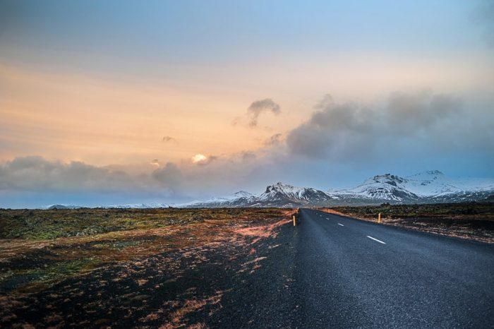 islandska, cesta proti zasneženim goram