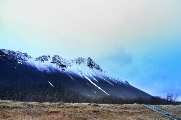 do polovice zasnežene gore na Islandiji