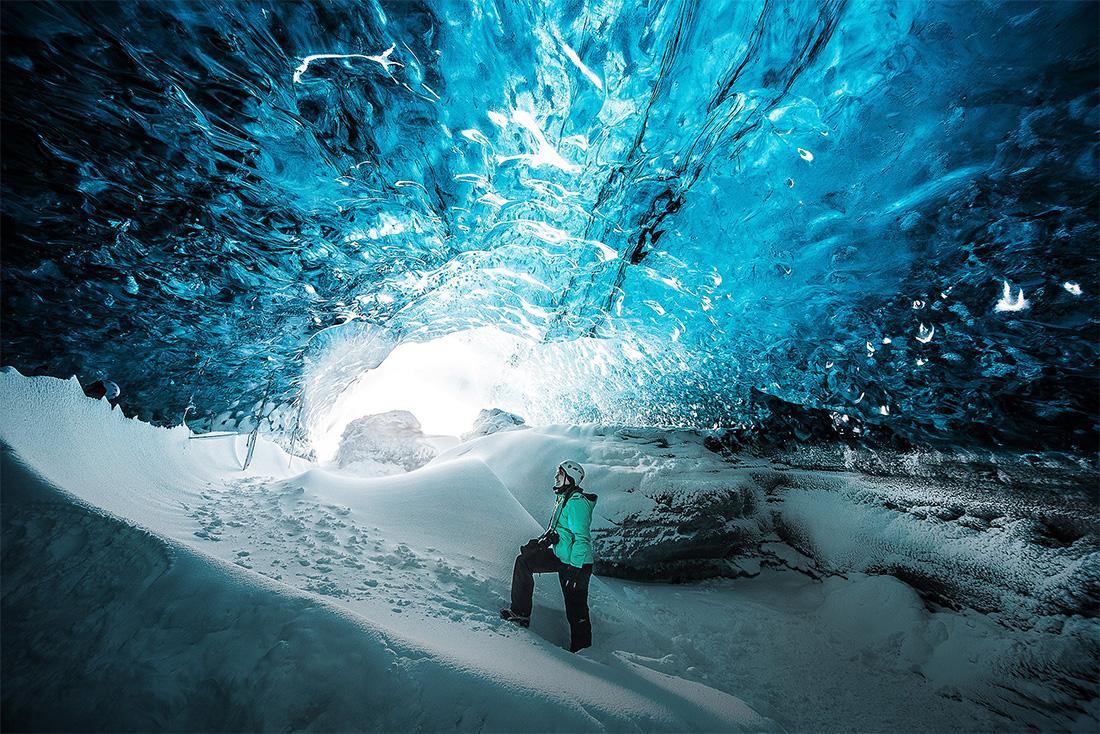 ženska v ledeni jami, islandija