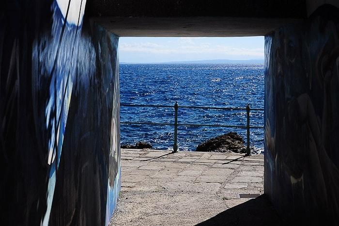 pogled skozi tunel na morje