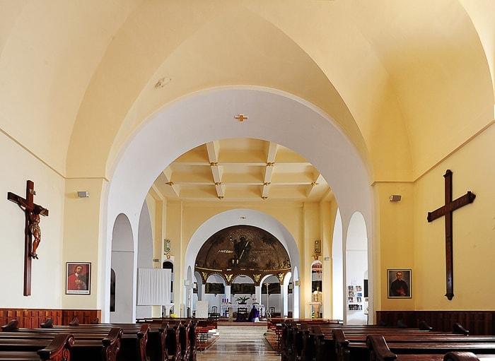 Notranjost cerkve sv. Jakova je v rumenih barvah