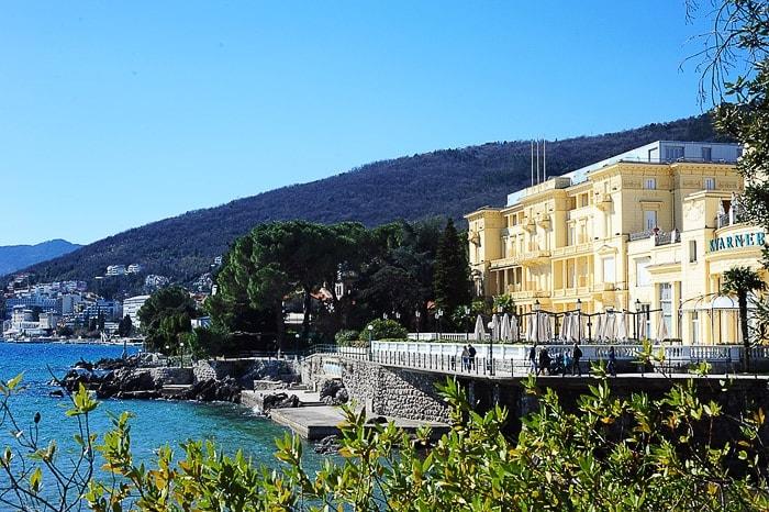 rumena aristokratska stavba ob morju - hotel kvarner, opatija
