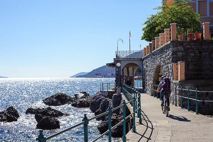 ženska kolesari ob morski pešpoti v Opatiji