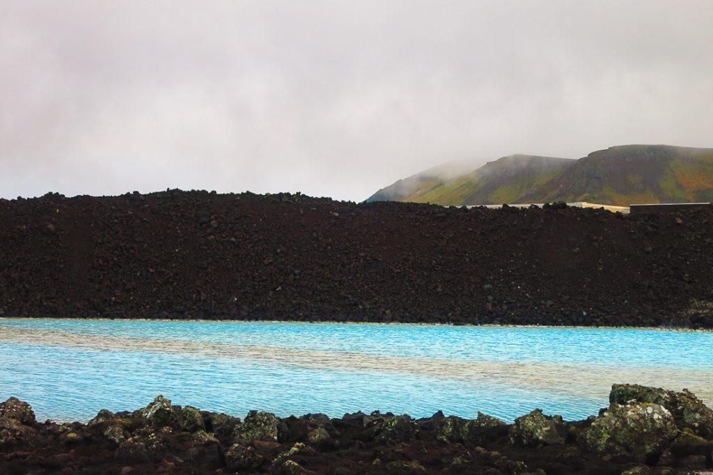 turkizna barva vode in črne skale, Blue Lagoon, Islandija