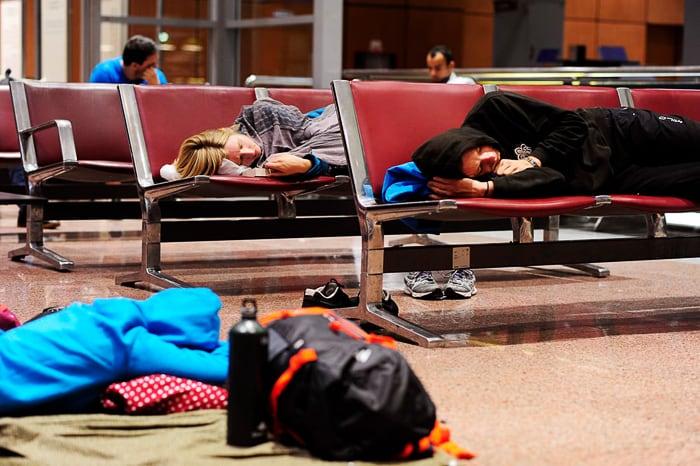 popotniki spijo na letališču v Jeddah