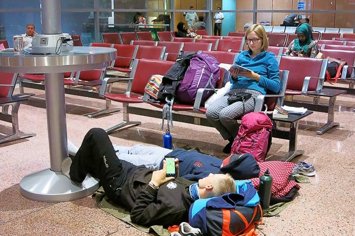 letališče: mladi popotniki spijo na tleh