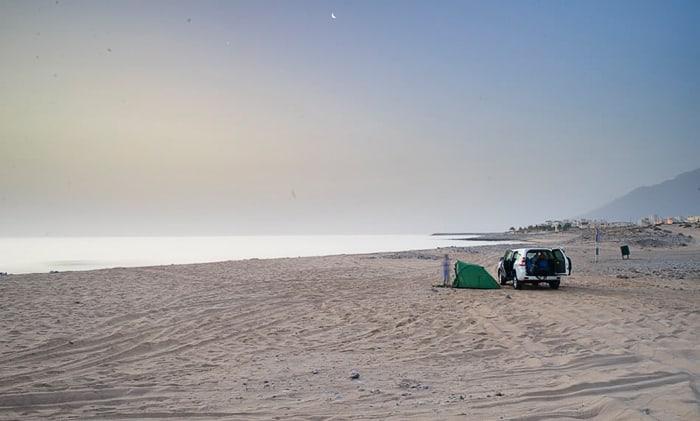 šotor na peščeni plaži, plaža Al Seifa, Oman