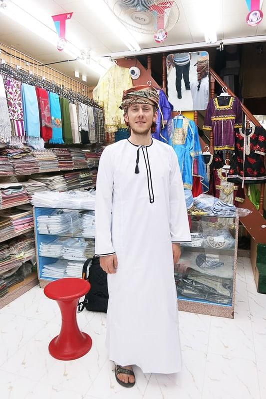 moški v tradicionalni omanski obleki dišdaša