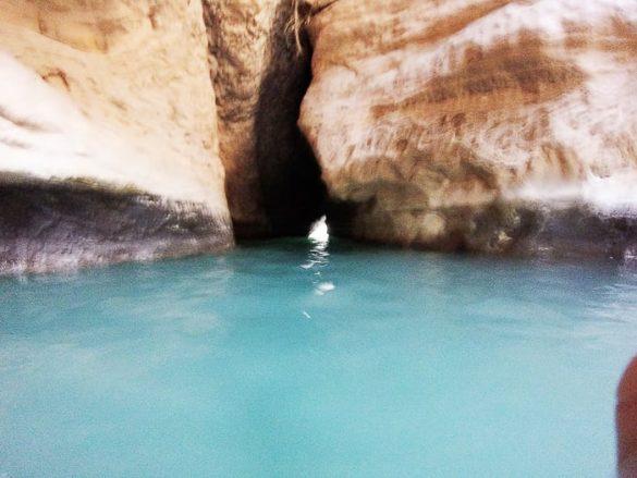 razpoka v skali, skozi katero teče voda