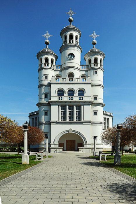 cerkev v Odrancih: cerkev s tremi okroglimi zvoniki