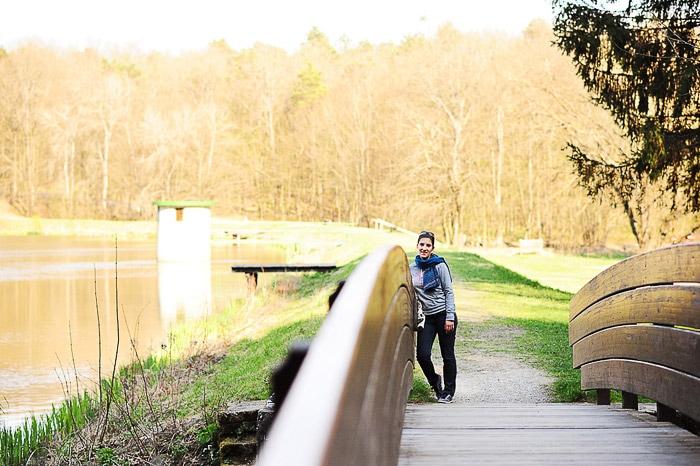 ženska na mostu preko bukovniškega jezera
