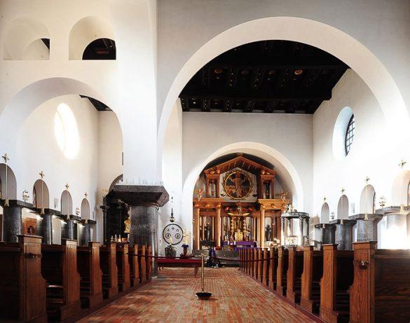 notranjost cerkve v Bogojini. Cerkev z belimi oboki, lesenim stropom in lesenim podom