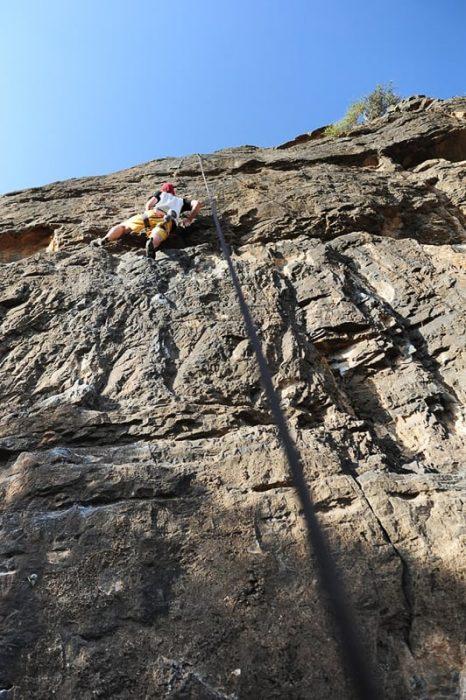 moški pleza v skali, plezališče HAdash