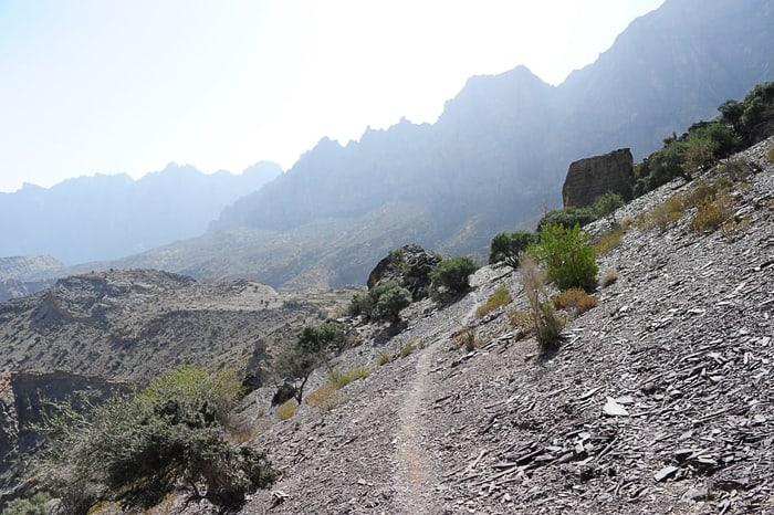 gorska pot po sipkem pobočju, plezališče HAdash, oman