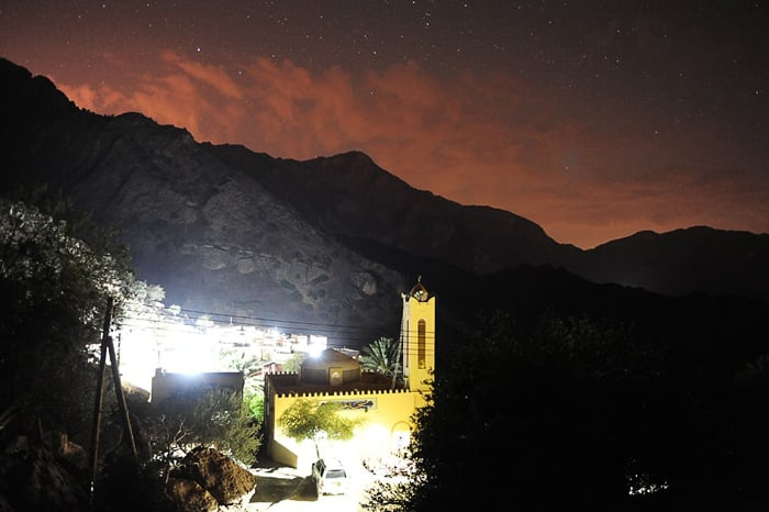 vas Hadash z mošejo v ospredju in gorami v ozadju