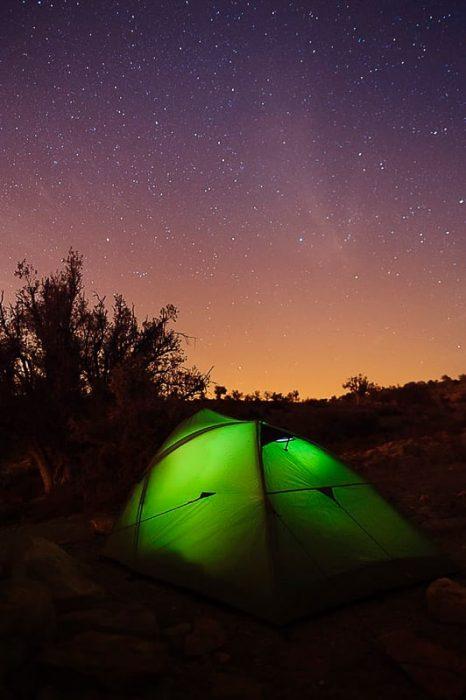 šotor pod zvezdnatim nebom