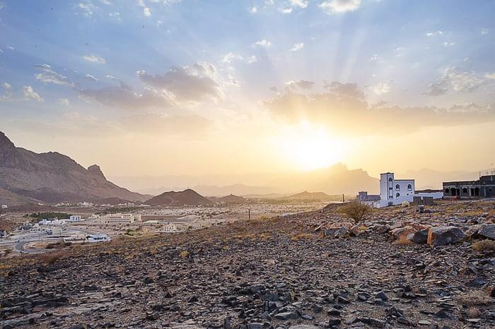 Sončni zahod za vasico v gorstvu Al Hajar