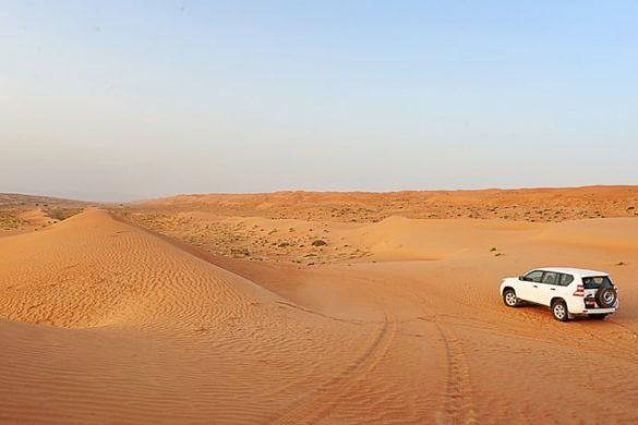 terenski avto toyora prado v puščavi Wahiba
