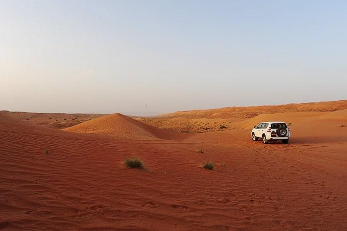 oranžna puščava Wahiba in bela Toyota Prado