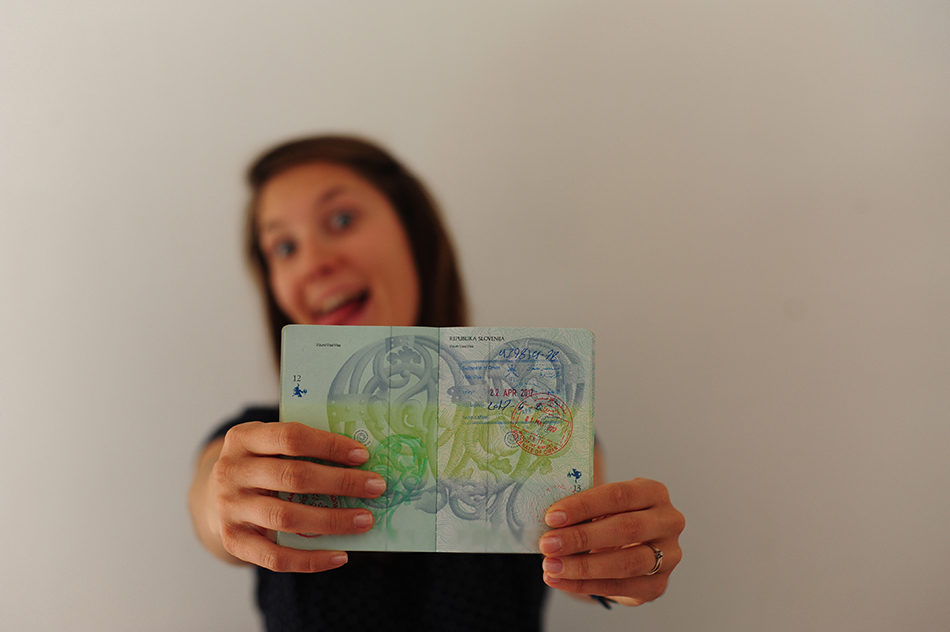 ženska s potnim listom v Roki