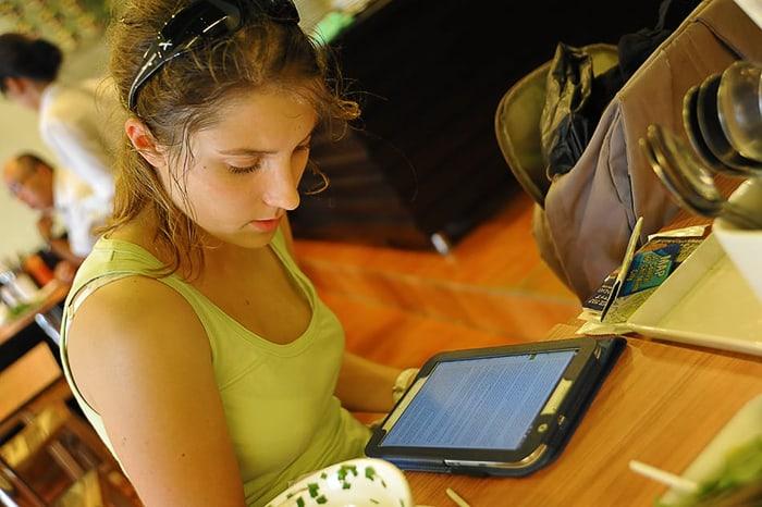 ženska bere na tabličnem računalniku
